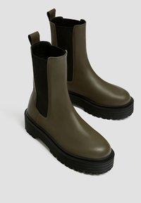 PULL&BEAR - Kotníkové boty na platformě - khaki - 3