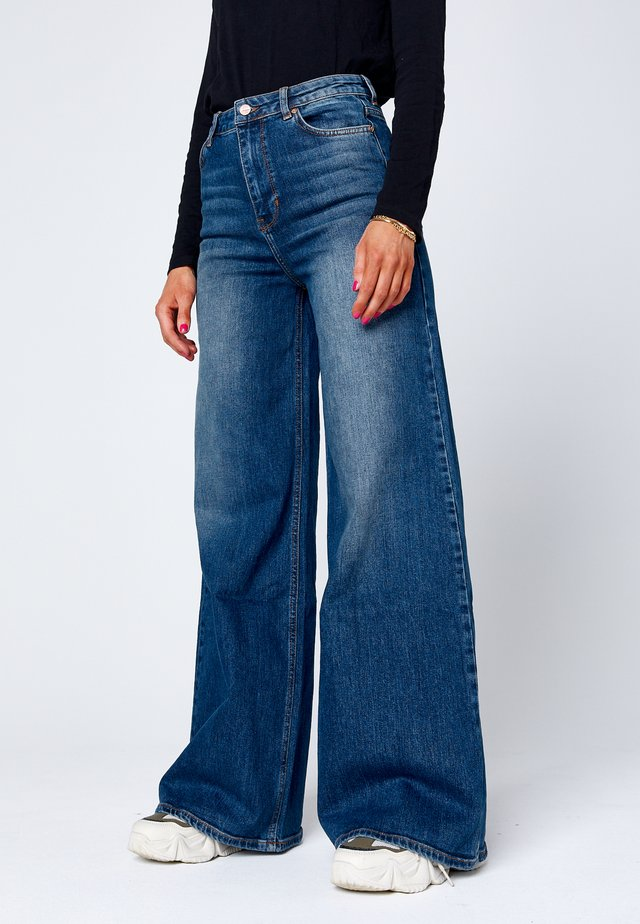 O-MEH - Flared Jeans - dark-blue denim