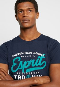 Esprit - T-shirt con stampa - navy - 3