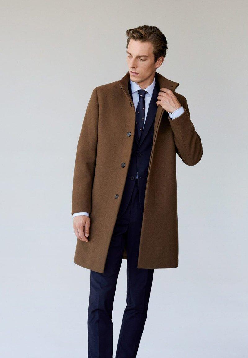 Mango - FUNNEL - Classic coat - mittelbraun