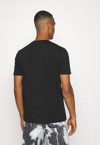 Kings Will Dream - CROSBY TEE - T-shirts med print - jet black/asphalt - 2