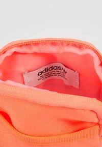 adidas Originals - MAP BAG - Taška spříčným popruhem - signal core - 5