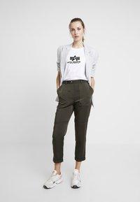Alpha Industries - NEW BASIC - Print T-shirt - white/metalgold - 1
