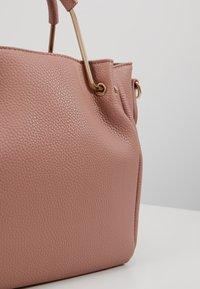 Dorothy Perkins - HANDLE MINI TOTE - Håndtasker - blush - 6