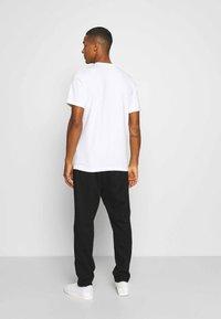 Nike Sportswear - BRAND RIFFS - T-shirt med print - white - 2