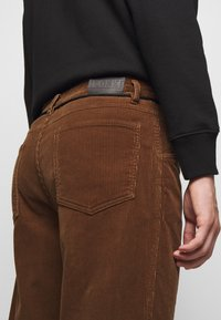 CLOSED - X-LENT TAPERED - Pantalon classique - chocolate brown - 5