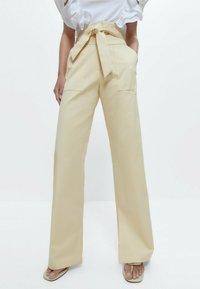Uterqüe - Trousers - yellow - 0
