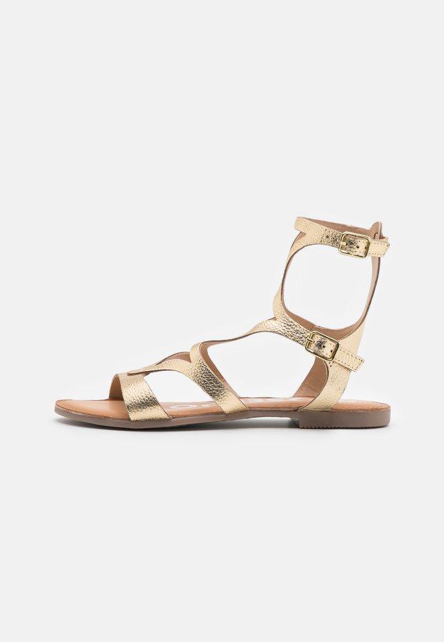 Sandali con cinturino - oro