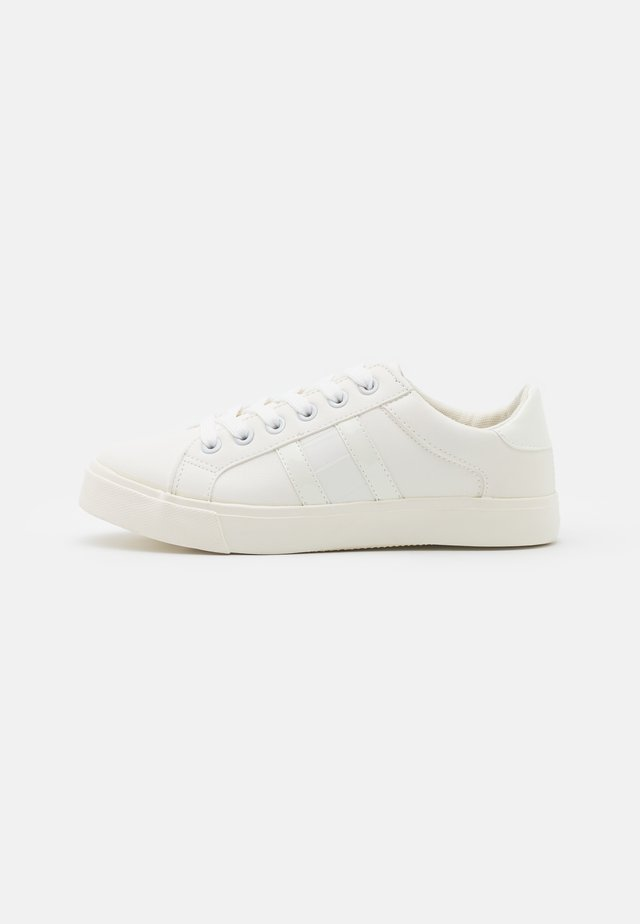 WIDE FIT INDEED STRIPE DETAIL LACE UP SPORT - Joggesko - white