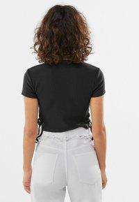 Bershka - MIT SCHNÜRUNG - Print T-shirt - dark grey - 2