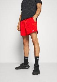 Nike Performance - STRIDE  - Pantalón corto de deporte - chile red/reflective silver - 0