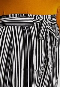 New Look Curves - VINNIE STRIPE EMERALD TIE WAIST CROP - Pantalones - black pattern - 4