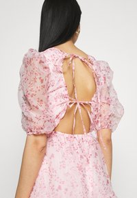 Missguided - FLORAL TIE BACK SMOCK DRESS - Cocktail dress / Party dress - pink - 5