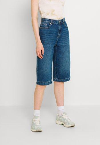 ONLAMBER LIFE BERMUDA - Shorts di jeans - medium blue denim