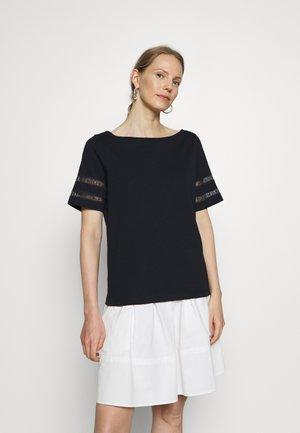 VERA REGULAR BOAT - Basic T-shirt - desert sky