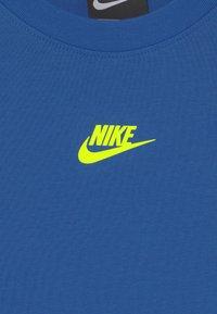 Nike Sportswear - REPEAT TEE - T-Shirt print - game royal/volt - 2