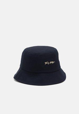 SIGNATURE BUCKET HAT - Hatt - blue