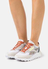 Reebok Classic - CL LEGACY - Sneakers basse - footwear white/lumlil/sansto - 0