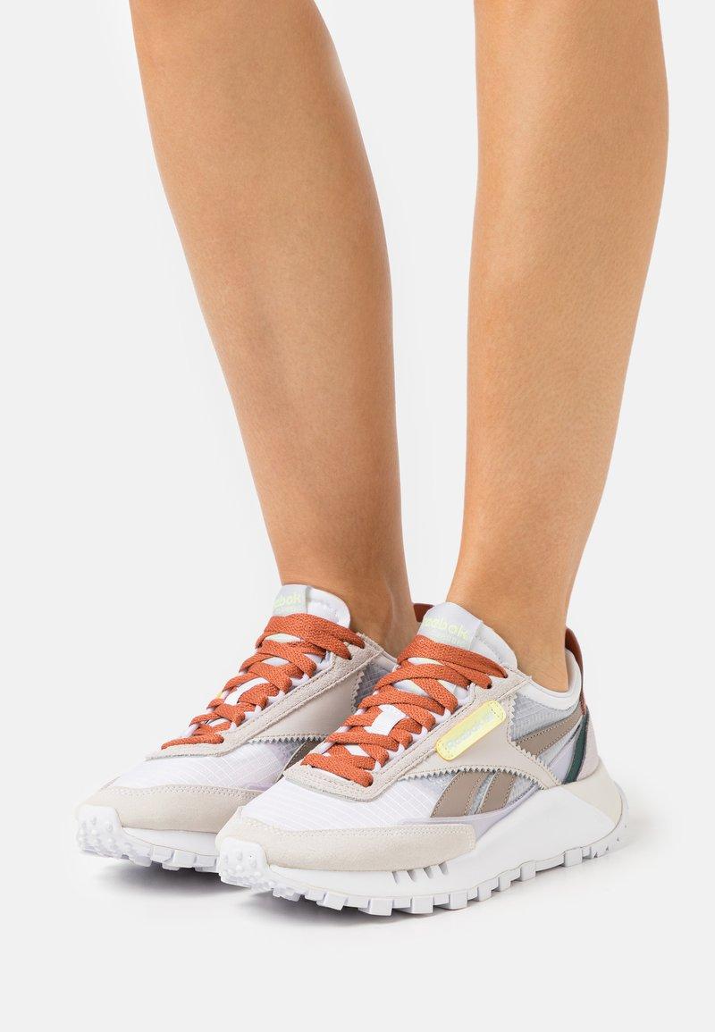 Reebok Classic - CL LEGACY - Sneakers basse - footwear white/lumlil/sansto
