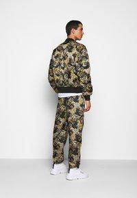 Versace Jeans Couture - RISTOP PRINTED LOGO BAROQUE - Chaquetas bomber - nero - 2