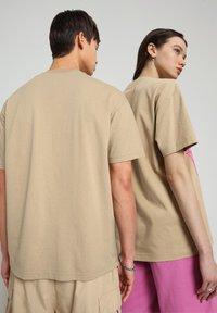 Napapijri - S-HAENA - T-shirt med print - mineral beige - 3