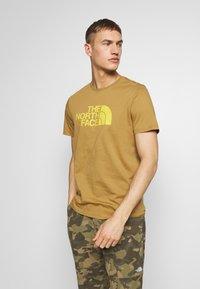 The North Face - M S/S EASY TEE - EU - T-Shirt print - british khaki - 0