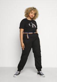 Calvin Klein Jeans Plus - IRIDESCENT TEE - T-shirt con stampa - black - 1