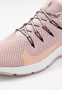 Nike Performance - QUEST 2 - Juoksukenkä/neutraalit - stone mauve/metallic red bronze/black - 5