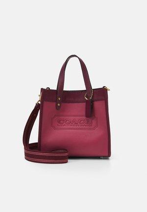 COLORBLOCK BADGE FIELD TOTE WITH CROSSBODY - Handbag - rouge/multi