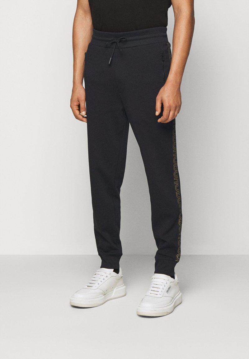 HUGO - DOKUMI  - Teplákové kalhoty - black/gold