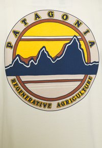 Patagonia - ROAD TO REGENERATIVE POCKET TEE - Print T-shirt - white wash - 2