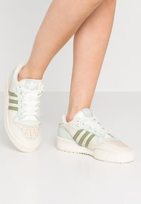 adidas Originals - RIVALRY  - Sneakers laag - offwhite/tent green/linen green - 0