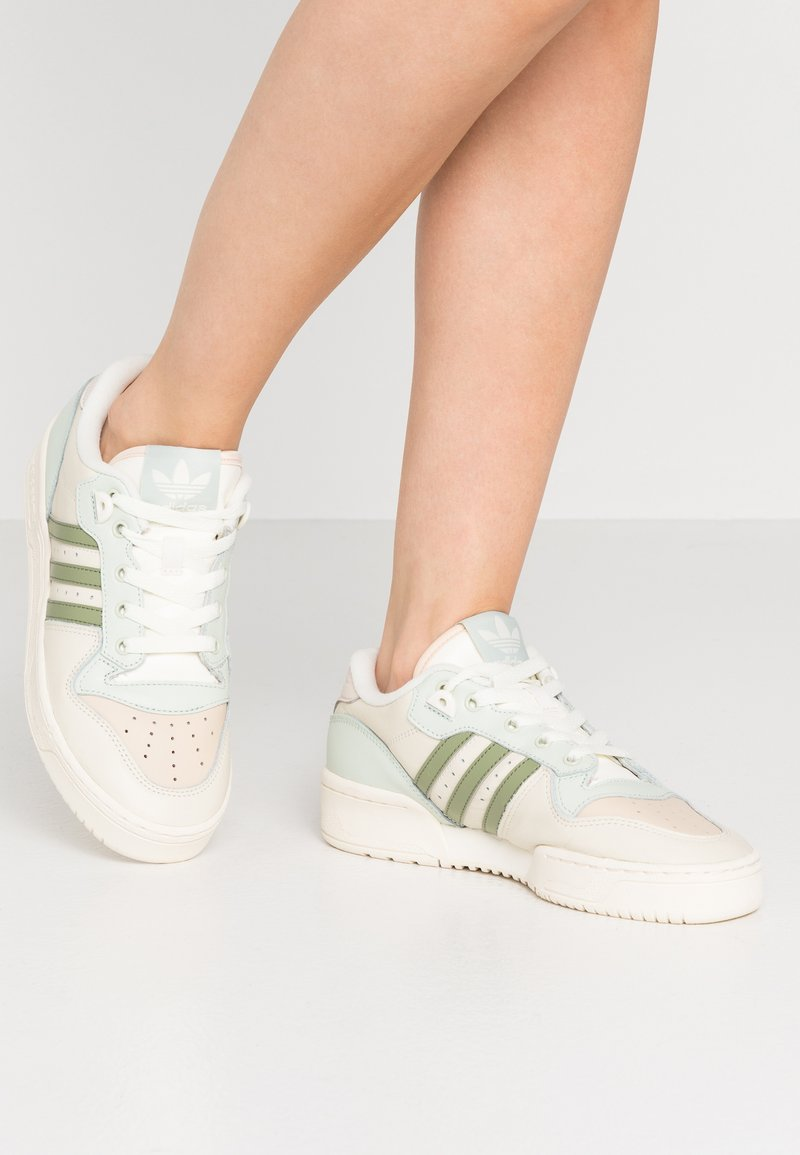 adidas Originals - RIVALRY  - Sneakers laag - offwhite/tent green/linen green