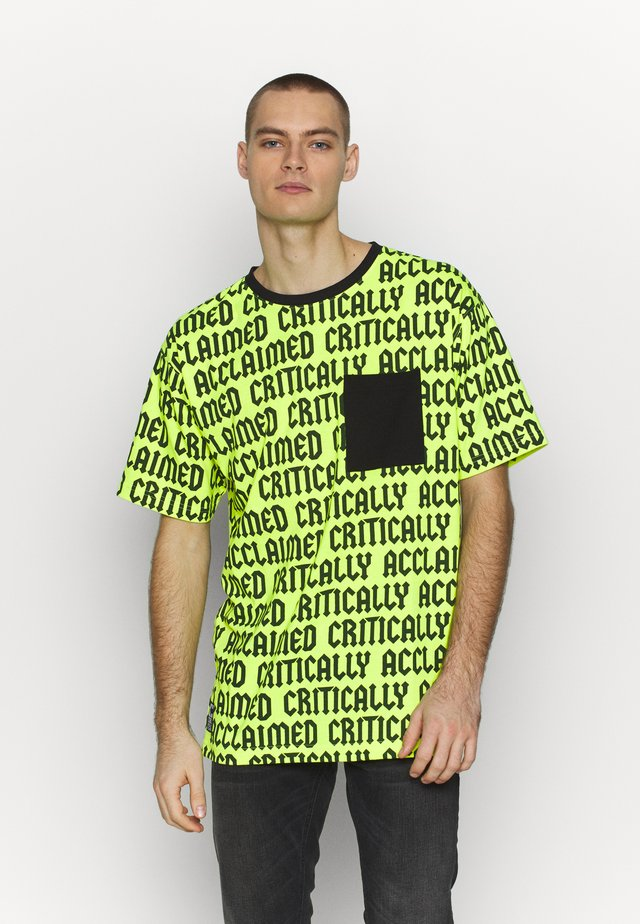 CRITICALLY ACCLAIMED SEMI BOX TEE - T-shirt med print - volt/black