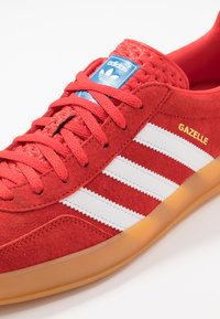 adidas Originals - GAZELLE INDOOR STREETWEAR-STYLE SHOES - Baskets basses - active red/footwear white - 5
