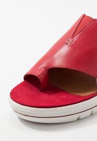Marco Tozzi - Pantofle na podpatku - chili - 2
