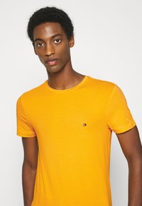 Tommy Hilfiger - T-shirt basic - yellow