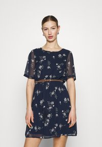 Vero Moda - VMFALLIE BELT DRESS - Denní šaty - navy blazer/newhallie - 0