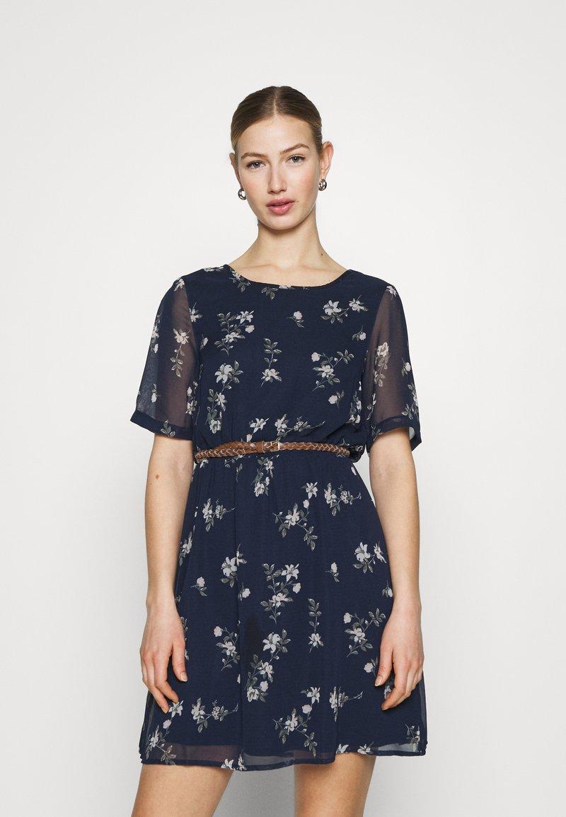 Vero Moda - VMFALLIE BELT DRESS - Denní šaty - navy blazer/newhallie