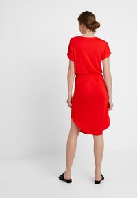 Noisy May Tall - NMNOLA DRESS - Vestido ligero - fiery red