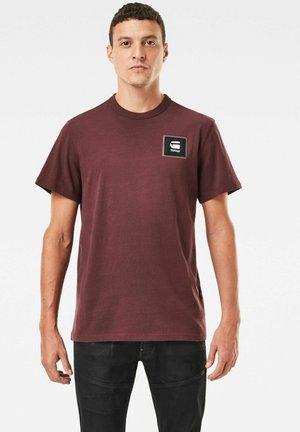 BADGE LOGO + ROUND SHORT SLEEVE - T-shirt print - mottled bordeaux