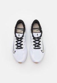 Nike Performance - QUEST 3 PRM - Zapatillas de running neutras - white/black/light bone/light brown - 3