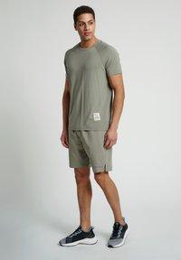 Hummel - HMLJARVAN  - T-shirt med print - vetiver - 1