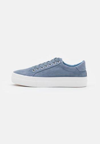 WIDE FIT GISELLE - Sneakers basse - dusty blue