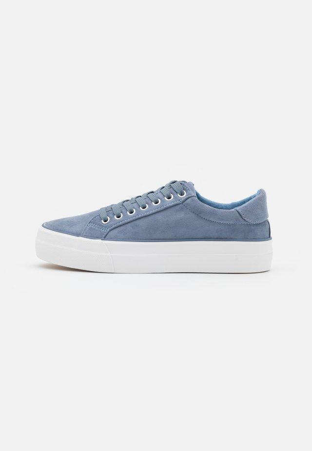 WIDE FIT GISELLE - Sneakers laag - dusty blue