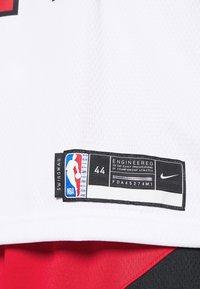 Nike Performance - NBA CHICAGO BULLS LAURI MARKKANEN SWINGMAN - Article de supporter - white/university red/black - 5