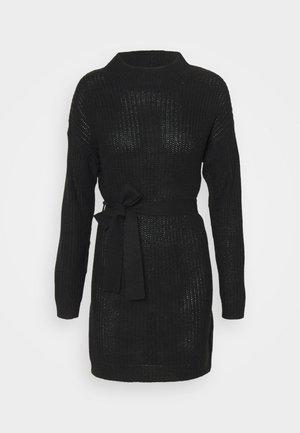 HIGH NECK BASIC DRESS WITH BELT - Pletené šaty - black