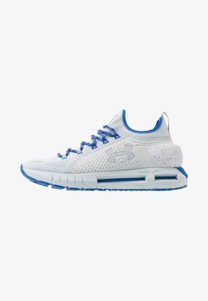 HOVR PHANTOM SE TREK - Neutrální běžecké boty - halo gray/versa blue