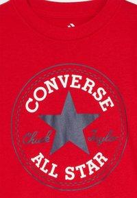 Converse - CORE CHUCK PATCH TEE  - Print T-shirt - university red - 3