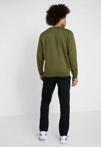 Champion - CREWNECK  - Sweatshirt - khaki - 2